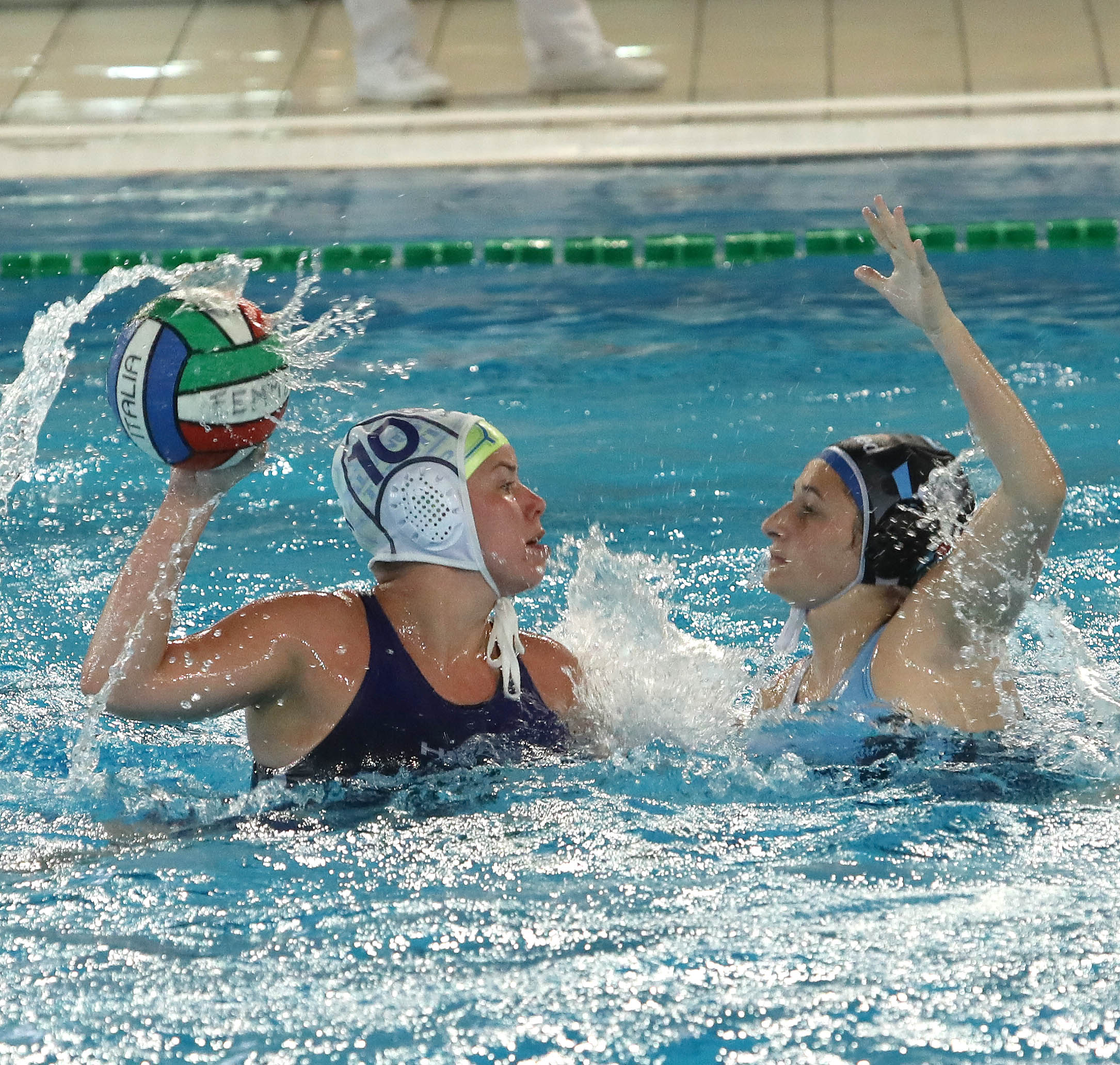 La serie si sposta a Napoli. Giovedì 27 giugno (ore 15.00) gara-2 di finale play-off tra Acquachiara e Pallanuoto Trieste