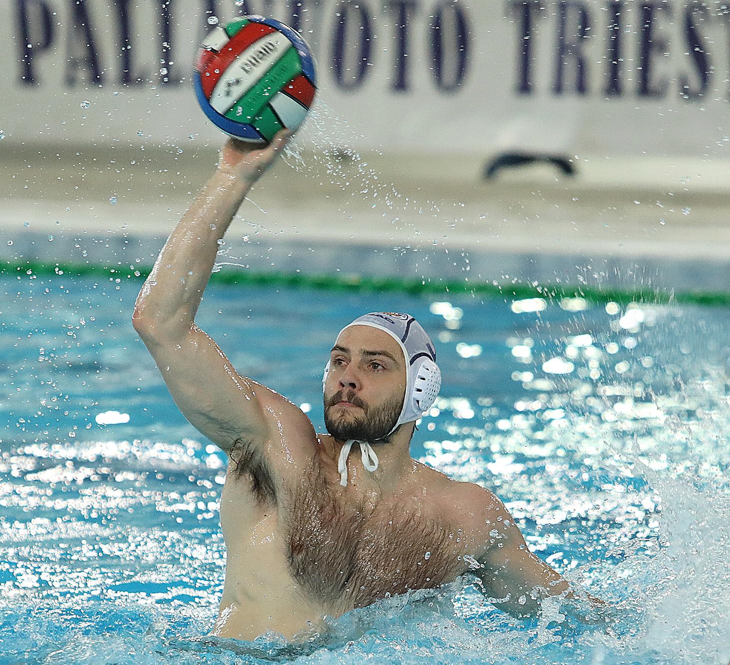 La Pallanuoto Trieste parte bene e supera l'Acquachiara (3-7) a Santa Maria Capua Vetere nella gara di esordio in campionato. Tripletta per uno scatenato Petronio, doppiette per i serbi Gogov e Vico