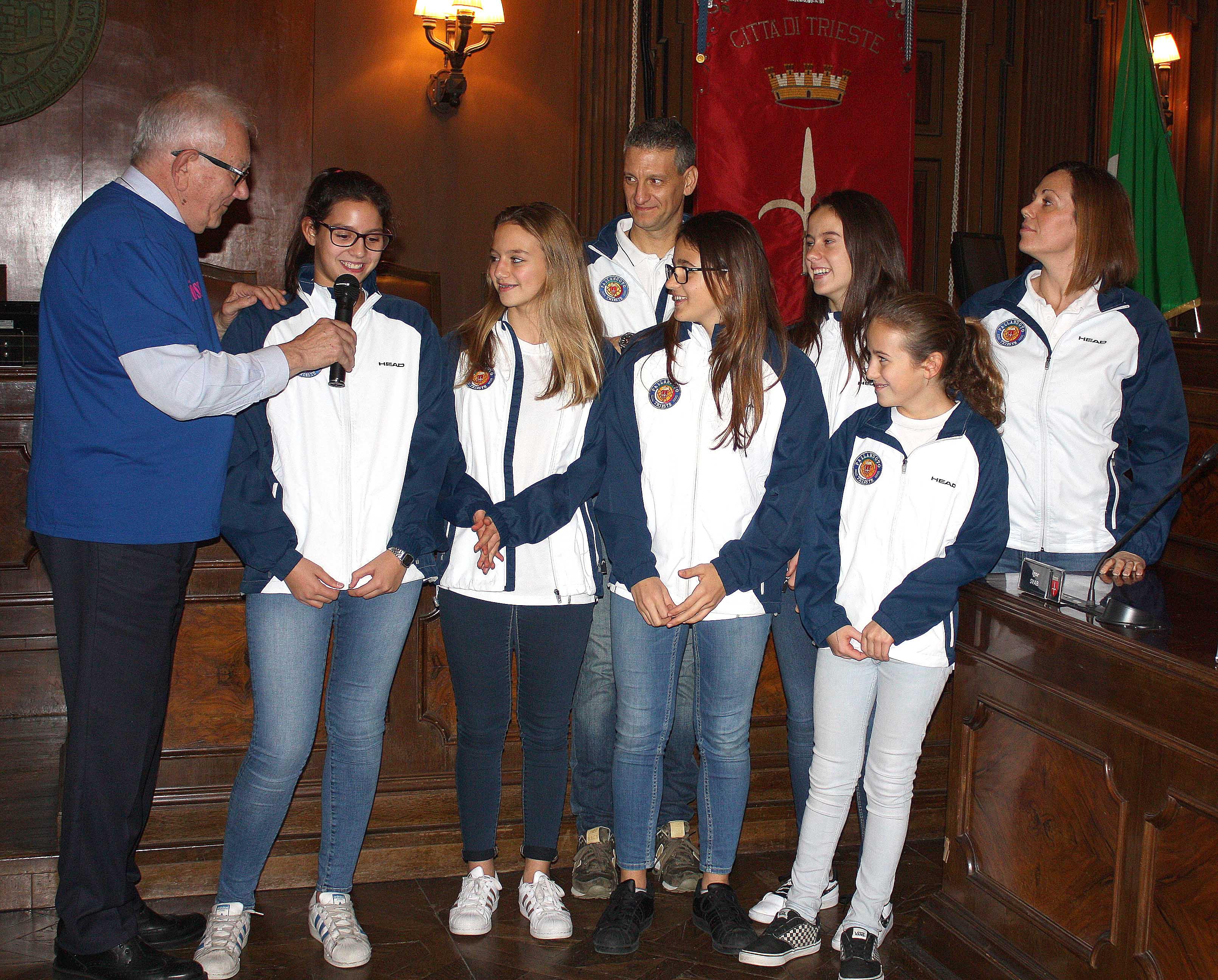 Le orchette della Pallanuoto Trieste premiate in Comune per il terzo posto alle finali scudetto Under 15 femminile
