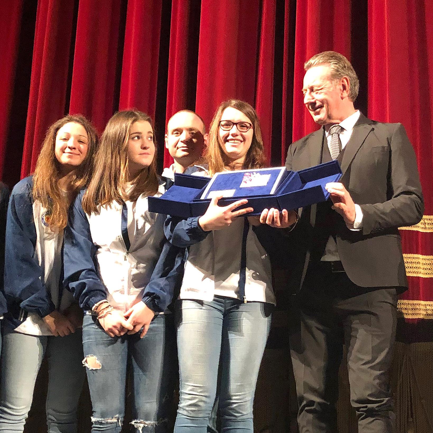 """Under 17 femminile: le orchette della Pallanuoto Trieste vice-campione d'Italia premiate al Rossetti con la """"Rosa di Cristallo"""""""