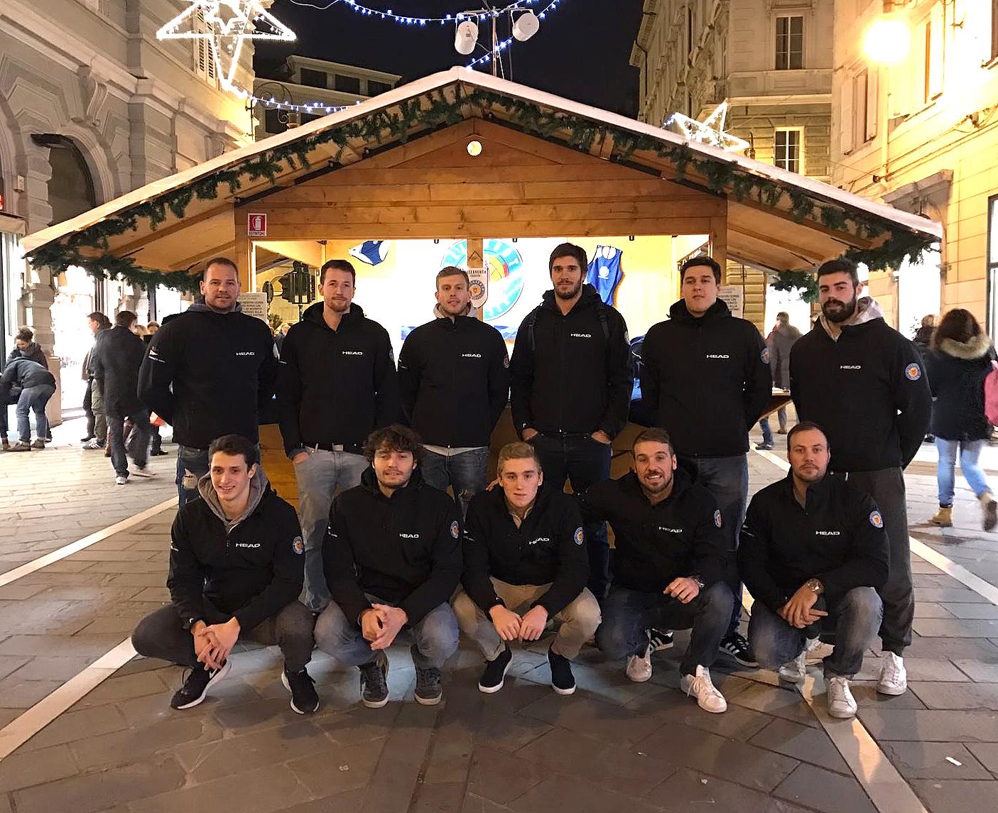 La prima squadra allo stand della Pallanuoto Trieste in via delle Torri. In vendita tutto il merchandising ufficiale griffato #iotifopallanuototrieste fino al 12 dicembre